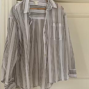 Fin skjorte, vasket let et pr gange. Bomuld 😃 Rigtig din stand, sælges billigt.