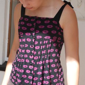 Sonia Rykiel top. Str. 36 (34)...bindebånd på skulder, knapper foran. Blødt elastisk bomuld. Købt som voksen top, kan også bruges til yngre pige.
