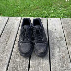 Hej! Jeg sælger dette par sorte Nike sko. De er størrelse 42,5. De er blevet brugt lidt, men ingen skader på skoen. Jeg sælger dem til 100 kr. Hvis du har nogle spørgsmål til skoen, så spørg løs.  Tjek gerne mine andre annoncer ud for en masse billige ting!