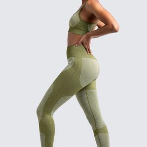 STR:  Jeg selv er 1.78cm høj, og tynd - de sidder lige så fint på min veninde, der er 165cm og lidt kraftigere i opbygning. De er så strækkelige i materiale, at de sidder godt på flere størrelser.  VAKSET 1 GANG 62% nylon 35% polyester 3% spandex  - må ikke tumbles! - De rareste tights! - Sælges kun, fordi jeg har for mange par liggende.