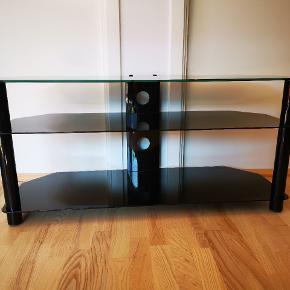 Et solidt Tv-bord. Sælges pga. flytning. Bordet er kun 1,5 år gammelt og ser ud som nyt.  Ny pris 1.299,-  For flere informationer kan produktet findes her: https://www.wupti.com/produkter/bolig/moebler/borde/tv-borde/sonorous-neo3110b-sort-46-tv-bor  Bredde: 40 cm Længde: 110 cm Højde: 52 cm