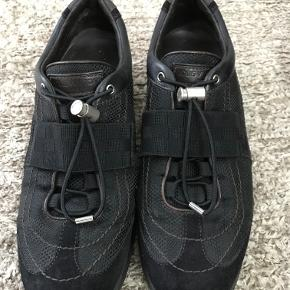 Louis Vuitton sneakers, 100% ægte.  Størrelse 37,5. Datokode: TD0045  Skoene er i rigtig fin stand og er mest brugt indendørs.  Kom med et bud!