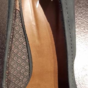 Varetype: Sko Farve: Mørke grøn  Helt nye sko. På stoffet er lidt stød mærker på men det er fordi de har ligget mellem andre sko. Fjernes med en sko børste.   Sendes som pakkepost via DAO.