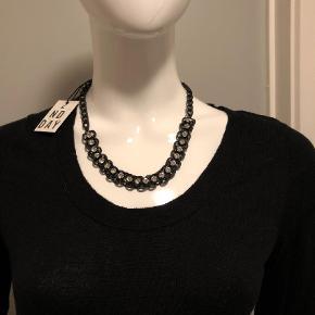 Varetype: Halskæde Størrelse: Oz Farve: Sort Oprindelig købspris: 349 kr.  Super flot halskæde i sort metal med sten.