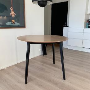 Rundt spisebord Ø100 cm - skrammer/ridser på pladen, se evt billede. Sælges da vi har købt nyt. Afhentes i Skalborg