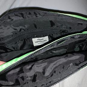 Cool Cappa taske fra Mads Nørgaard.   Tasken har en justerbar skulderrem, hvilket gør at den kan bruges som både crossbody og skuldertaske. Den har 2 store rum med lynlås-lukning og flere små invendige og udvendige lommer.   Crossbodyen måler 20 x 30 cm. og kan tilmed tåle at blive vasket på 30 grader. En farverig og skøn taske, der kan pifte ethvert outfit op.