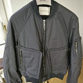 Ny klassiker fra danske Tonsure deres Bomber jakke i grå. Str. 48 =M kun brugt en håndfuld gange. Nypris 3500 Mp. 850