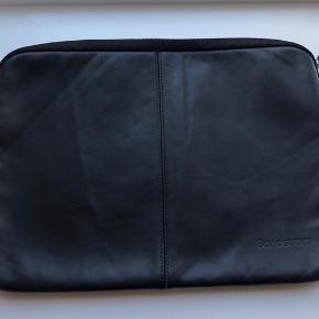 Sandstrøm computer sleeve 15' i lækkert læder og blød inderside.   Standen er super fin stand og fejler intet.   Bud modtages også