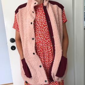 Jin vest i lyserød med bordeaux lommer.  Brugt få gange. Oversize i størrelsen. Passer en small og en medium.