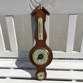 Gammelt træ barometer i god stand og virker. H 40 cm B 13 cm. Kom med et bud.