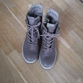 Gået få ture. Passes ikke længere pga skade i fod. Pris er uden porto og evt gebyrer. Farven hedder beige, men den ser mere grå ud, synes jeg.