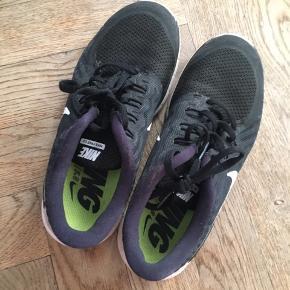 Gode løbesko fra Nike, som jeg sælger fordi jeg ikke kan passe dem længere☀️BYD