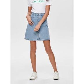 Sødeste knap denimnederdel fra ONLY i str 36. Perfekt til foråret og sommeren. Ny pris var 180,-. 100% Bomuld. Lædermærket bagpå nederdelen har jeg fjernet, så den er helt plain (se billedet). Den har en lys streg bagpå (se billede), det gør dog ikke noget når den er på, da nederdelen har et vintage denim look.  #trendsalesfund