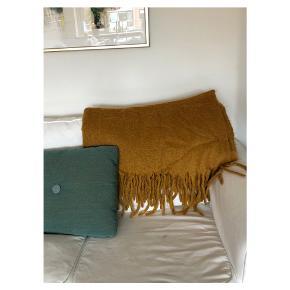 50% uld tæppe  Resten akryl og polyester Er brugt i stuen i sofaen og varmer godt :)