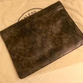 Varetype: Clutch Størrelse: 35x26 Farve: Brun Oprindelig købspris: 2500 kr. Prisen angivet er inklusiv forsendelse.  Oversize clutch i brunlige nuancer og slangeskinds look.