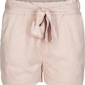 Neo noir - shorts Str. M Næsten som ny Farve: puderfarve Lavet af: Shell: 90% polyester og 10% elasthane Style: ANNA SUEDE SHORTS Mål: Livvidde: 76 cm hele vejen rundt Længde: Ydre: 38 cm Indre: 8 cm Køber betaler Porto!  >ER ÅBEN FOR BUD<  •Se også mine andre annoncer•  BYTTER IKKE!