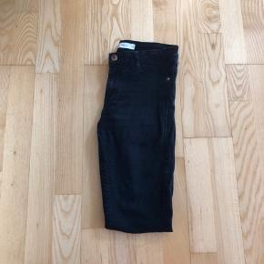 Sælger disse sorte jeans fra Gina Tricot i modellen Molly. Da jeg simpelhen har få mange få. Det er brugt, men fejler intet. Udover en lille stramme på det ene bukseben, men det ses næsten ikke.  Afhentes 8000 Aarhus C  Eller sendes med Dao for 38kr.