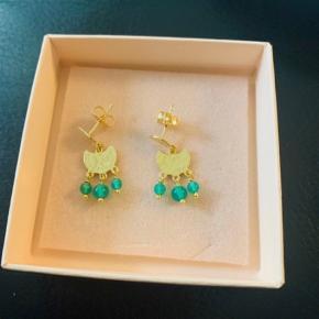 Super flotte forgyldte øreringe fra Izabel Camille med grønne sten