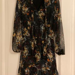 Sælger denne smukke, blomstrede kjole med bindebånd fortil, da jeg desværre ikke får den brugt. Perfekt stand.