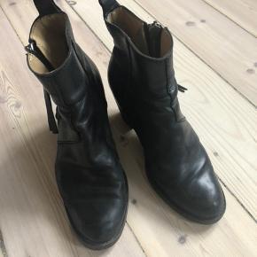 Acne pistol boots De er slidte, men kan stadig godt bruges. Og der kan sættes ny hæl sål på