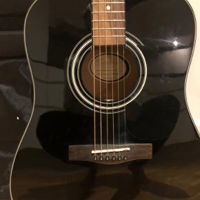 Squier by fender guitar  Fin til begyndere eller let øvet :-) Ikke brugt særlig meget! Har lige fået skiftet strenge (de skal lige klippes til) Taske medfølger
