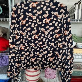 Fin, blomstret bluse fra Zara med forskellige detaljer.