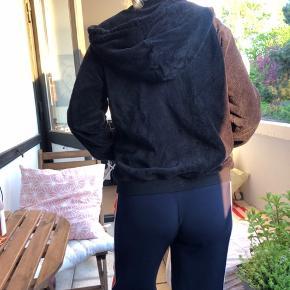 """Lynlås sweater i blødt """"bamsestof"""" som også ses på billederne. Super behagelig og aldrig brugt! Købt i gina tricot. BYD! 😊"""