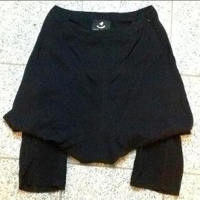 Fra MUNTHE PLUS SIMONSEN : Rigtig fin nederdel med indbyggede tights som går til lige under knæene på mig. Str. 38. Lynlås i siden.  Livvidde : 2 x 39 cm. Der er elastik nederst, bagpå benene og stoffet er lidt eftergiveligt i sig selv. Ingen elastan. Brugt og skånevasket en enkelt gang. Nederdel med tights Farve : Sort Oprindelig købspris : 1300,- Sender gerne på købers regning : DAO 39,-