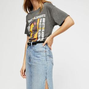 Levis denim nederdel med slids i siden. Der står W27 I den. Nypris 450 kr. Aldrig brugt.  Sælges videre, da den ikke lige er mig alligevel.  Sender med DAO inden for 3 dage. Bytter ikke.  Se også mine andre annoncer 😊💕