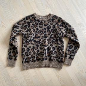 Den er lidt fnullet, som sweatere bliver. Derfor den billige pris  Men det er ikke noget som ser dumt ud.  Jeg tænker det kan tages med sådan en fnugfjerner eller fnugrulle.  Skriv endelig for flere billeder eller hvis der skulle være spørgsmål 😊😊😊