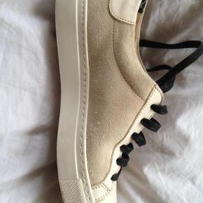 Varetype: Fede sko Farve: -  Brugt 1 gang - fremstår som nye.   Bytter ikke.