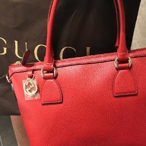 Varetype: Håndtaske Størrelse: Medium Farve: Rød Oprindelig købspris: 10375 kr. Prisen angivet er inklusiv forsendelse.  Lækker rummelig taske med lynlås foroven. Guld hardware  Med invendig lomme