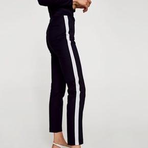 Flotte sorte business bukser fra Zara. Bukserne er sorte med en hvid stribet på siden af hvert bukseben, også er de i en str XS. De er aldrig brugt. Ny pris: 300kr Mp: 150kr BYD endelig🍒