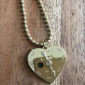 Varetype: halskæde Størrelse: 2/5 cm Farve: guld Oprindelig købspris: 500 kr.  BUTIKS OPRYDNING  Har 2 stk af denne halskæde  Sender med Dao