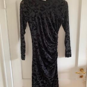 Kjole i smukt sort mønstret stof   Str: S  Mærke: InWear  Sender gerne, køber betaler for porto.