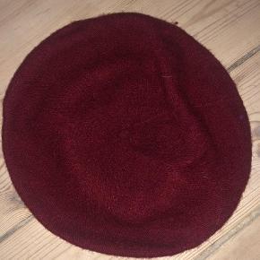 Varetype: Hat Størrelse: One size Farve: Bordeaux Oprindelig købspris: 150 kr.