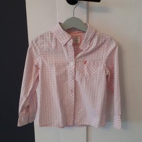 Lyserød og hvid ternet skjorte fra L.O.G.G. H&M, str 104. Fin stand uden pletter eller huller. Porto 37kr