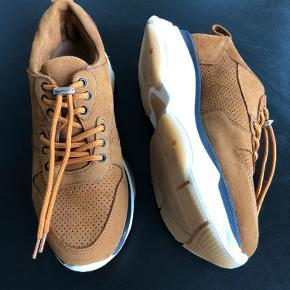 Smarte sneakers i flot brun farve. Brugt få gange, fremstår som nye. Forhandles stadigvæk. Nypris var 1200 kr.  Befinder sig i Ikast, kan sendes for købers regning.