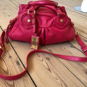 Flot Classic Q baby groove i pink farve, altså Marc Jacobs fortolkning af pink farve. Smuk og fantastisk sommer taske. Jeg har købt den i sommer 2013 og har brugt den hver sommer siden. Derfor der er brugspor på den indv. fore, på hardware og ved hjornerne. Se sidste 2 billeder. En super flot taske som kan bruges videre uden problemer, dog den er ikke som ny, men god brugt og elsket! Højde: 20 cm bredde: 32 cm. Byttes ikke.