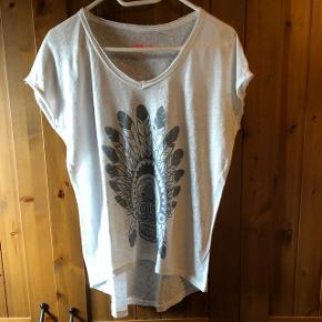 T-shirt blanc en lin très agréable à porter ! Ample ! Un peu plus long derrière ! Taille M mais taille large (entre M et L) ! Envoi par poste possible 2.- supplémentaire !