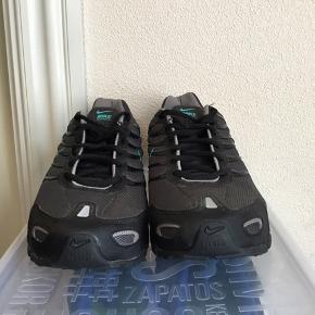 Super smarte Nike shox.  Str 42,5.  Helt nye - aldrig brugte.  Kan bruges af begge køn.  Har samlet på Nike sko. Pga skade kan jeg ikke bruge skoen.  Ingen boks.  Køber betaler fragt. Ingen afhentning. Sender kun.