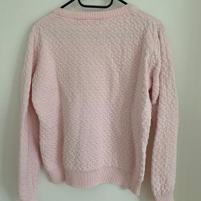Sart lyserød strik som både kan bruges med en skjorte under eller blot en top. Lækker at have på. Den er small, men kan også passes af en medium med en mindre barm.