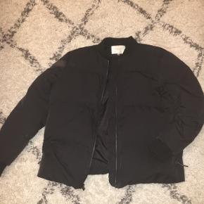 Super fin jakke, som er god til en kold vinter. Ingen huller eller ligende😊  NP 1000 MP 400