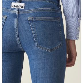 Fede Ganni cowboy bukser, som aldrig er brugt, kun prøvet på. De har bare ligget i mit skab ligesiden. OBS at jeg har klippet i længden, fordi at de var for lange, det er vist på billedet☀️  Længde: 96 cm lang
