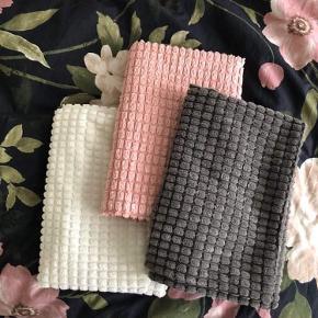 15 kr stk. 50*50 pudebetræk fra Ikea.  Farver: Grå, lyserød, hvid