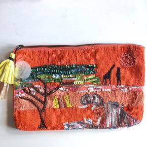 Perlebroderet taske m. savanne motiv 🌱🦒🦏 (perler på begge sider) 30 * 20 cm. Handmade fra Zara  Aldrig blevet brugt (ekstra perler medfølger)