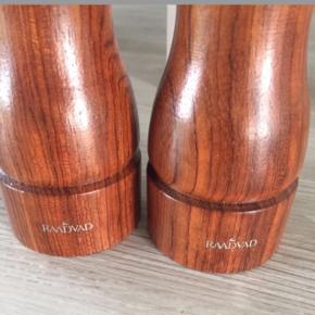 Et par super velholdte Raadvad salt/peber kværn uden mærker af brugsspor, ridser etc. i mahonietræ - som nye. H 16 cm. Er fyldt op med ny groftsalt og peberkorn så de er klar til brug.