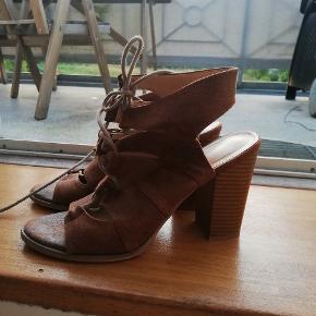 Fine sandaler med snøre