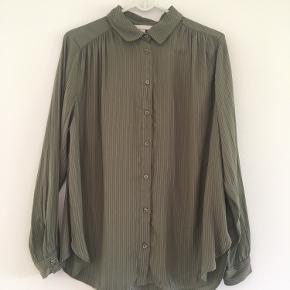 Lækker skjorte fra H&M i str. 44. Er aldrig blevet brugt
