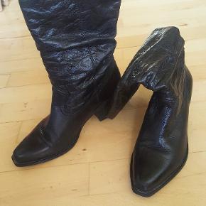 Sælger mine støvler - de er meget behagelige og giver et fedt look med et par stramme og lyse jeans. Hæl: 6 cm.